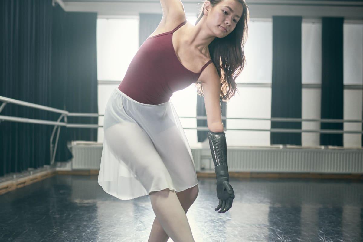 Shiori tanzt mit ihrer Handprothese i-Limb Quantum im Tanzstudio