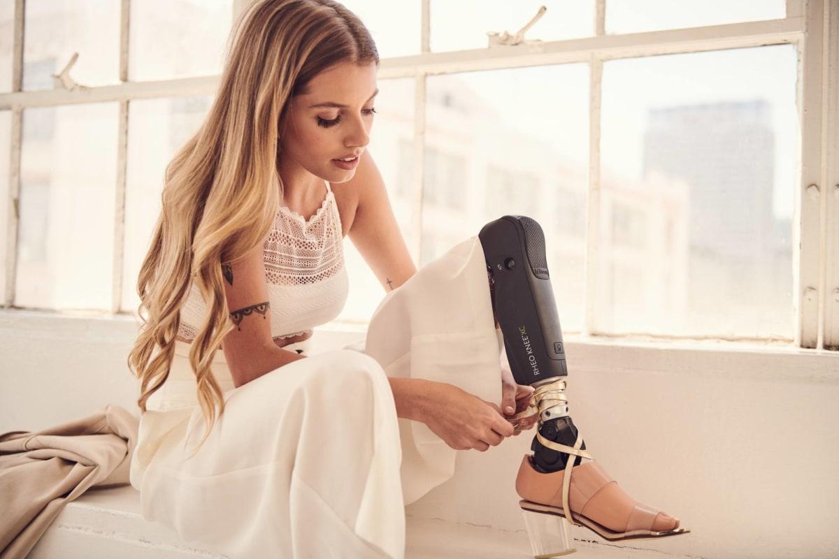 Paola Antonini verstellt ihren Prothesenfuß Pro-Flex LP Align für die passende Absatzhöhe ihrer Schuhe