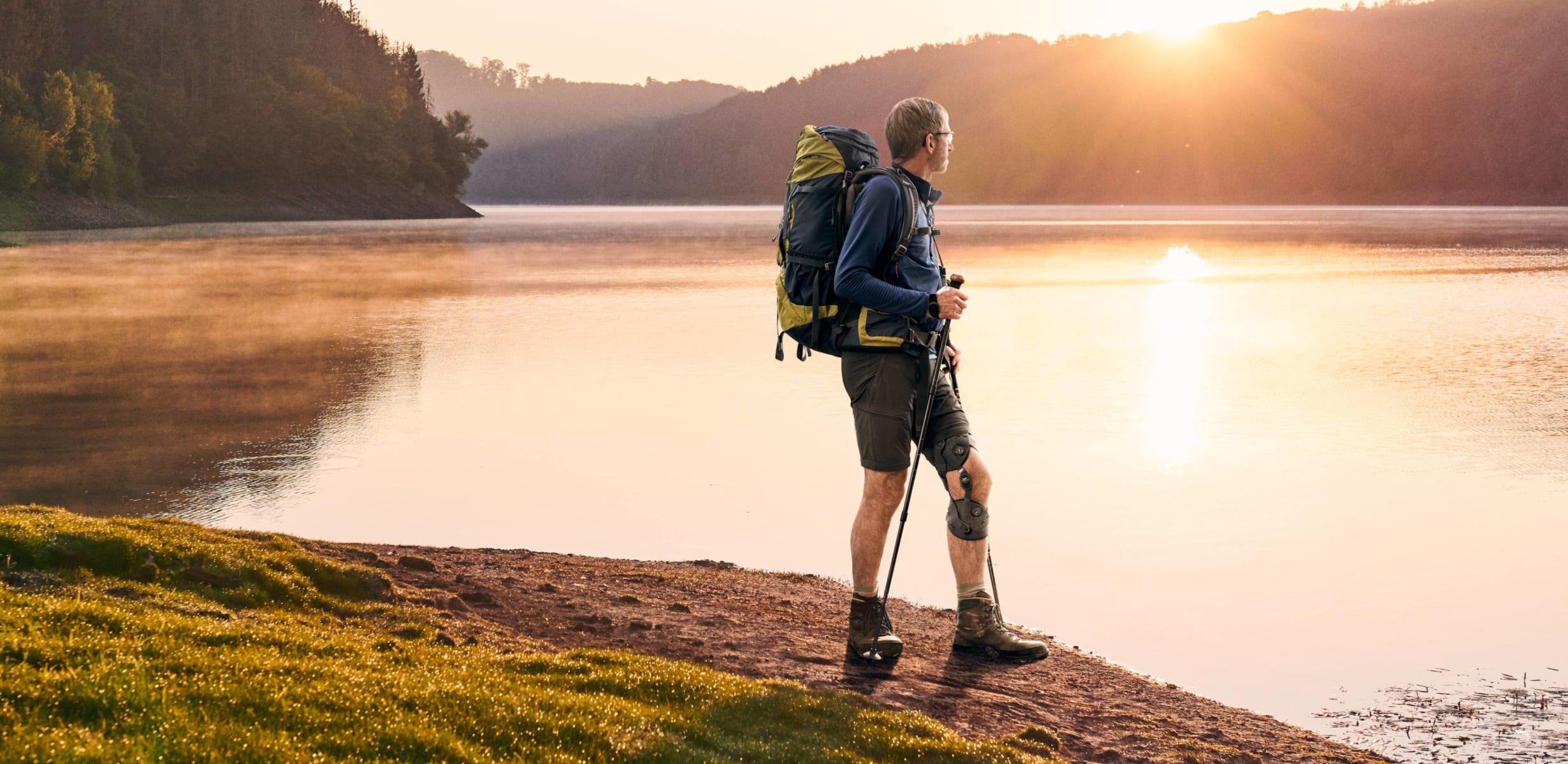 Dr. Klaus Vedder beim Wandern mit der Unloader One X Knieorthese