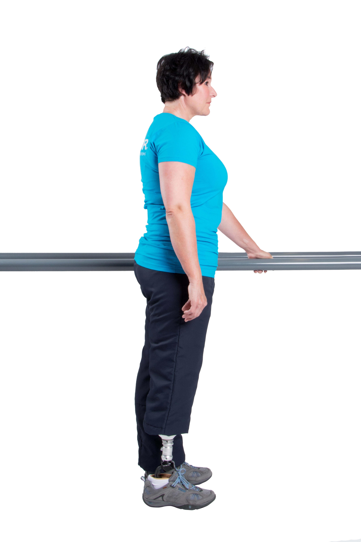 Stelle Dich aufrecht hin und verteile Dein Körpergewicht gleichmäßig auf die Prothesenseite und die Gegenseite.