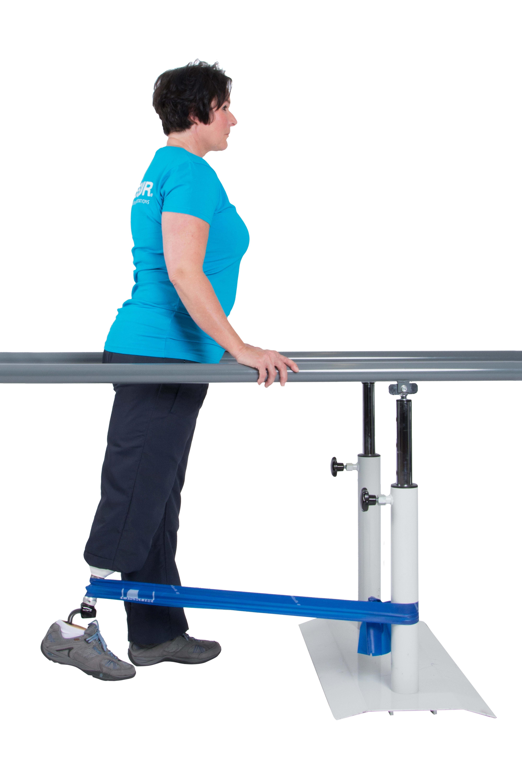 Bewege das Bein mit dem Prothesenfuß langsam und kontrolliert zur Seite.