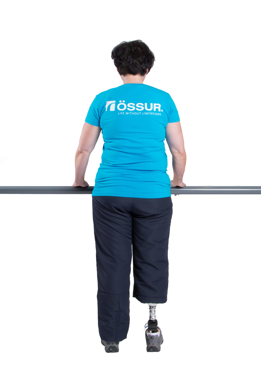 Verlagere Dein Körpergewicht langsam auf die Prothesenseite und anschließend langsam wieder auf die Gegenseite.