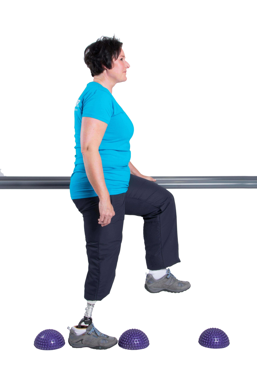 Hebe Dein Knie bei jedem Schritt, bis es auf einer Ebene mit der Hüfte bzw. dem Becken ist.