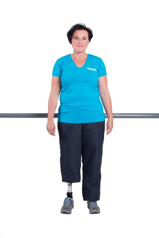 Stelle Dich aufrecht hin und verteile Dein Körpergewicht gleichmäßig auf die Prothesenseite sowie die Gegenseite.
