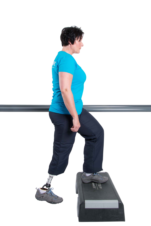 Verlagere Dein Körpergewicht auf die Prothesen. Drücke Deinen Stumpf in den Schaft und setze den Fuß auf die Stufe.