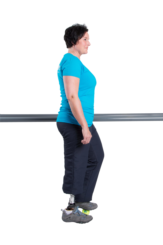 Kreise mit dem Fuß auf dem Ball und wiederhole die Übung mit deiner Prothesenseite.