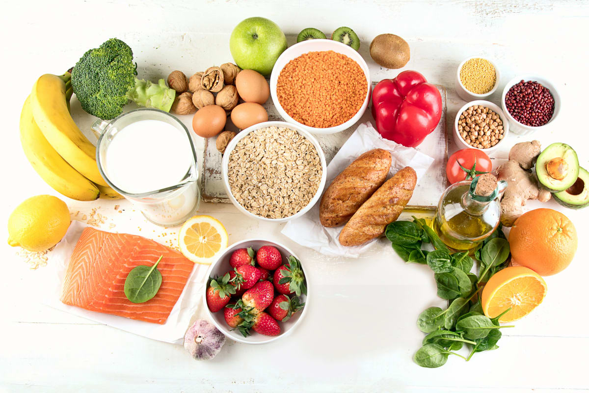 Gesunde Lebensmittel, wie Fisch, Gemüse und Obst, das sich gut für Arthrose-Patienten eignet